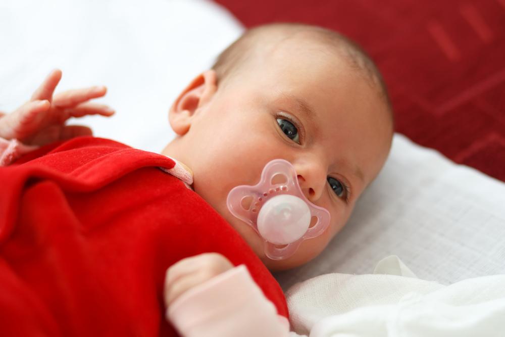 Bebê em saída maternidade vermelha